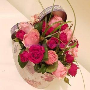 Aranjament floral realizat intr-o cutie in forma de inima